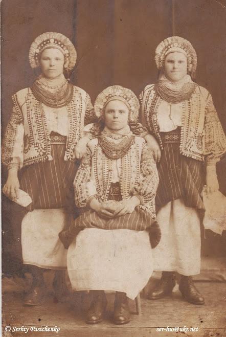 Світлина зі збірки Сергія Пасіченко. Молода з дружками. Село Красноставці, 1920 рік.