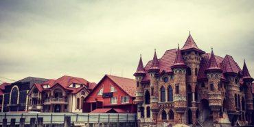 Закарпаття вражає: у селах усі хати — велетенські палаци. ФОТО