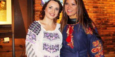 Коломиянка Юлія Курліщук подарувала співачці Руслані власноруч вишиту сукню. ФОТО