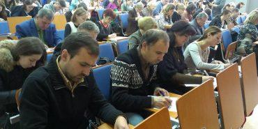 """На Франківщині відомі люди разом зі студентами писали """"Диктант єдності"""""""