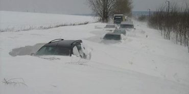 Нерозчищені гірські дороги та снігові замети: Карпати стали пасткою для туристів та жителів. ВІДЕО