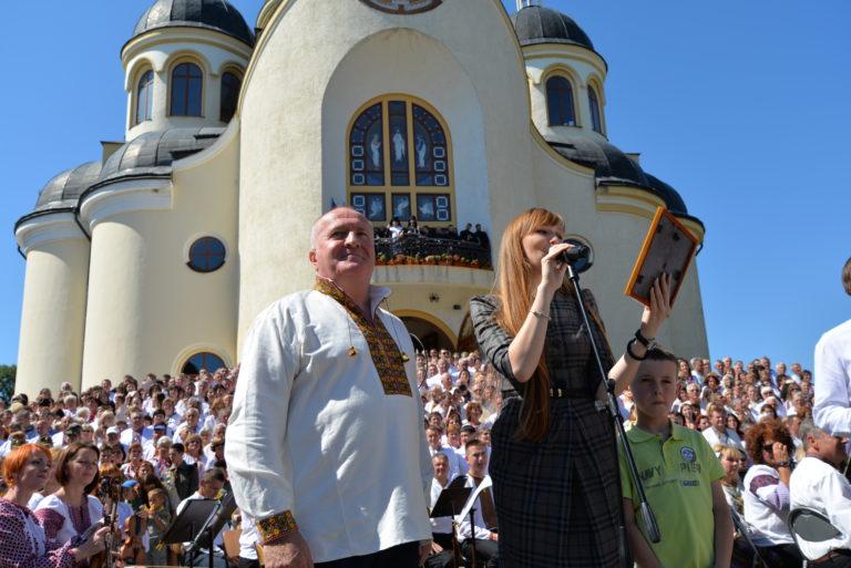 Ініціатор створення хору-велетня - адвокат Михайло Петрів разом з представницею Книги рекордів України Ганною Крисюк