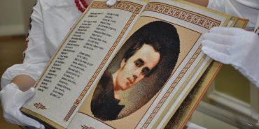 Шедевр, зроблений в Україні: єдина у світі повністю вишита книга. ФОТО