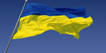 На Прикарпатті чоловік серед білого дня зірвав державний прапор. ФОТО