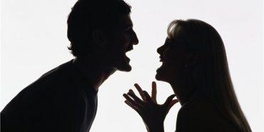 На Прикарпатті жінка через ревнощі розтрощила чоловікові автомобіль. ФОТОФАКТ