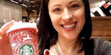 Українка створила новорічний дизайн для чашок Starbucks з елементами петриківського розпису