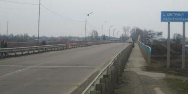У Франківську жінка впала з моста у річку