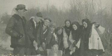 Унікальна світлина 1941 року з молоддю Прикарпаття після посвячення могили борцям за волю України