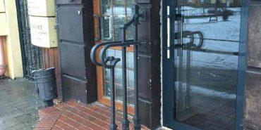 У Франківську серед білого дня чоловік виламав ковані перила на вході до крамниці і втік. ВІДЕО