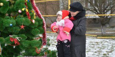 Біля багатоповерхівок на Петлюри-Лисенка встановили різдвяні ялинки. ФОТО