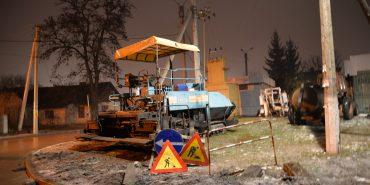 У Коломиї у сніг за кошти, виділені Кабміном, ремонтують дорогу на Старицького. ФОТО