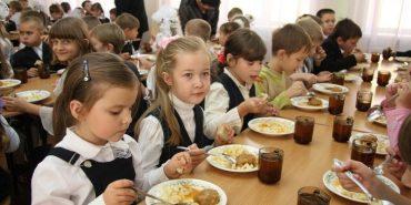 На Прикарпатті директор школи підписував документи, за якими гроші на харчування школярів перераховували його дружині