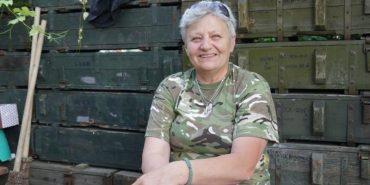 Пенсіонерка з Прикарпаття вже два роки живе на передовій. ФОТО