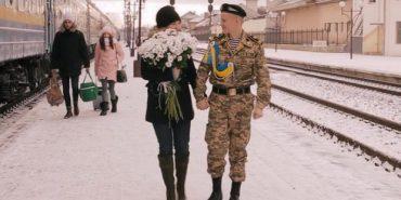 Франківець, який повернувся з армії, освідчився коханій прямо на вокзалі. ВІДЕО