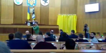 На Прикарпатті депутат міської ради жбурнув матеріали сесії у свого колегу. ВІДЕО
