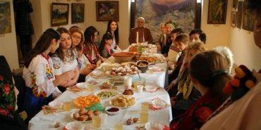 У Коломиї учениці Школи шляхетних українок приготували 12 страв, як годиться на Святвечір. ВІДЕО
