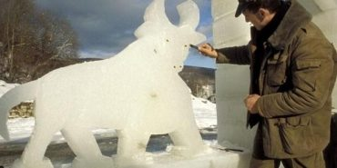 На Косівщині вирубали крижане містечко зі звірами. ВІДЕО