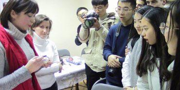 Молодь з шести країн світу в Коломиї вчилася вишивати та розмальовувати писанки. ФОТО