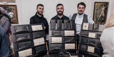 """У Коломиї працює """"Фабрика бородатих друзів"""", де зі шкіри виготовляють портмоне, альбоми та браслети"""