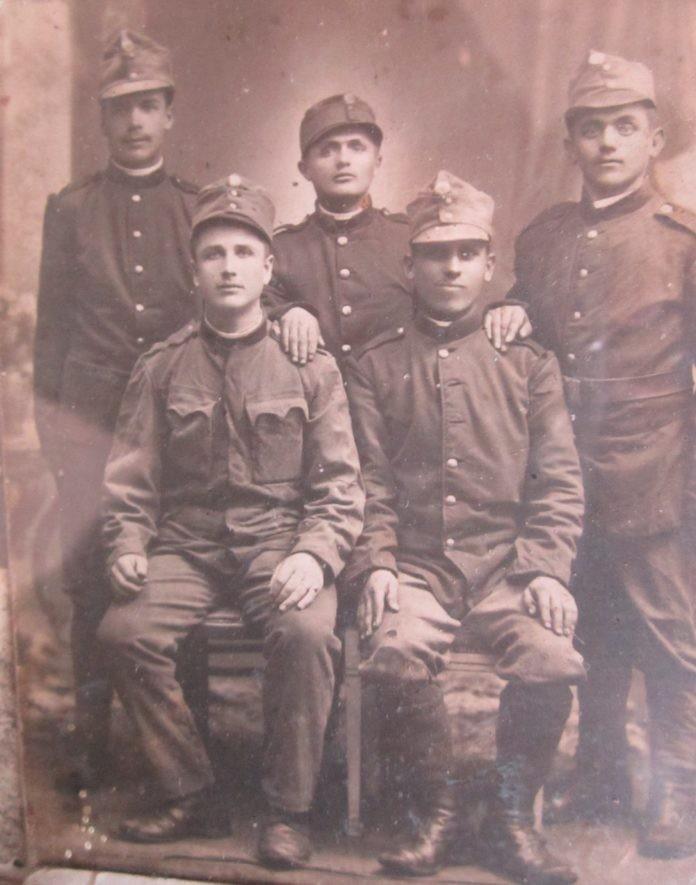 На фото батько сидить зліва