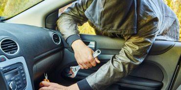 На Коломийщині нетверезий злодій обікрав авто, яке власник забув зачинити