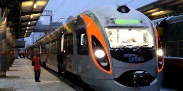 Поїзд не їде, бо мороз: Сотнi пасажирiв на кiлька годин застрягли серед заснiжених полiв