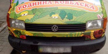 """Поблизу Коломиї перекинувся вантажний бус """"Родинної ковбаски"""""""