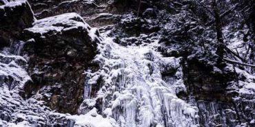 На Прикарпатті замерз знаменитий Манявський водоспад. ФОТО