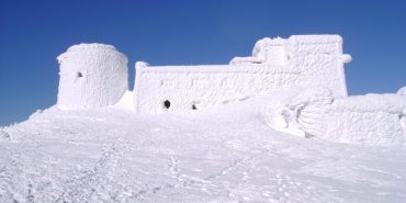 На горі Піп Іван сильні вітри збивають туристів з ніг. ВІДЕО