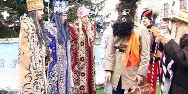 Щодня у Коломиї біля міської ялинки колядують та маланкують. ВІДЕО