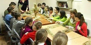 У Коломиї майстриня Інна Лобурак навчала дітей власноруч виготовляти дідуха. ВІДЕО