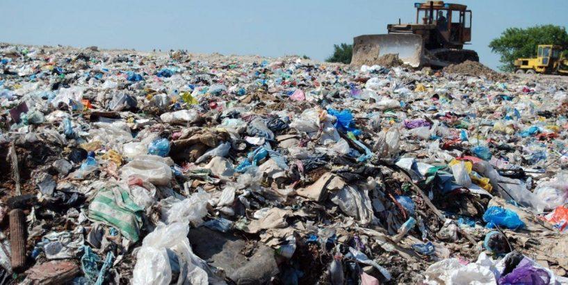Сміттєва проблема: коломияни блокують проїзд вантажівок зі сміттям, яке везуть в місто з району (відеосюжет)