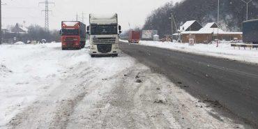 На Прикарпатті обмежили рух вантажних автомобілів