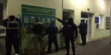 На Закарпатті прикордонник, який погорів на хабарі, намагався змити тисячі гривень в унітаз. ФОТО