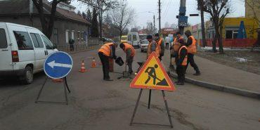 У Коломиї закупили 1200 кг суміші для ямкового ремонту дороги на Січових Стрільців, Мазепи і Франка. ФОТО