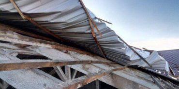 На Надвірнянщині сильний вітер зірвав дах з сільської ради