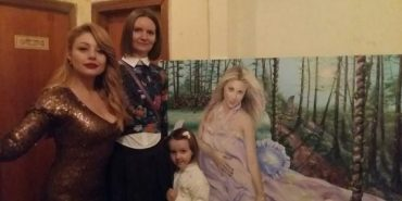 Прикарпатка подарувала Тіні Кароль свою картину