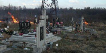 У Калуші підпалили суху траву на єврейському цвинтарі.ФОТО