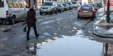 """Коломия """"пливе"""": через невчасне очищення тротуарів від снігу на дорогах вода. ФОТОФАКТ"""