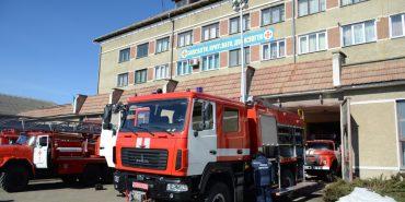 Коломийські рятувальники отримали сучасний пожежний автомобіль та захисні каски. ФОТО