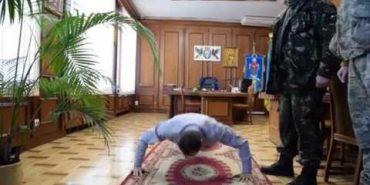 Мер Франківська віджався 22 рази у своєму кабінеті у рамках всесвітнього флеш-мобу. ВІДЕО