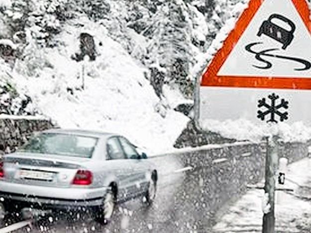 Водіїв Прикарпаття закликають бути особливо обережними на дорогах через ожеледицю