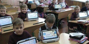 На Прикарпатті першачки навчаються з планшетами. ВІДЕО