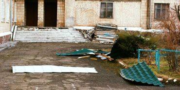 На Франківщині сильний вітер зірвав зі школи дах. ФОТО