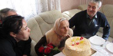 """""""Я не вірю, що так багато прожила"""": На Прикарпатті ще одна довгожителька відзначила 100-літній ювілей. ФОТО"""