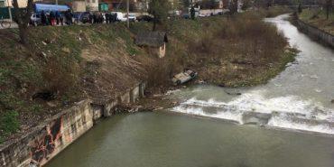 У Косові припаркований автомобіль скотився у річку. ФОТО