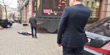На очах журналістів розстріляли людей у центрі Києва. ВІДЕО