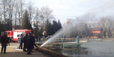 На міському озері у Коломиї випробовують новий пожежний автомобіль. ФОТО+ВІДЕО