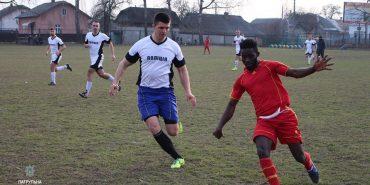 Ні расизму: франківські патрульні зіграли футбольний матч зі студентами з Гани. ФОТО