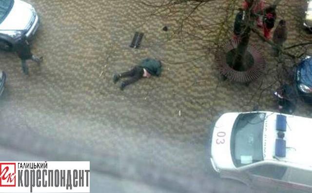 У Франківську з 12-го поверху випав чоловік